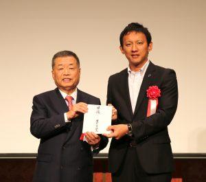 寄付金贈呈の様子。 (右)熊本県副知事  小野泰輔様 (左)日本M&Aセンター会長 分林